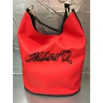 M905 Piros fekete feliratos táska Missq